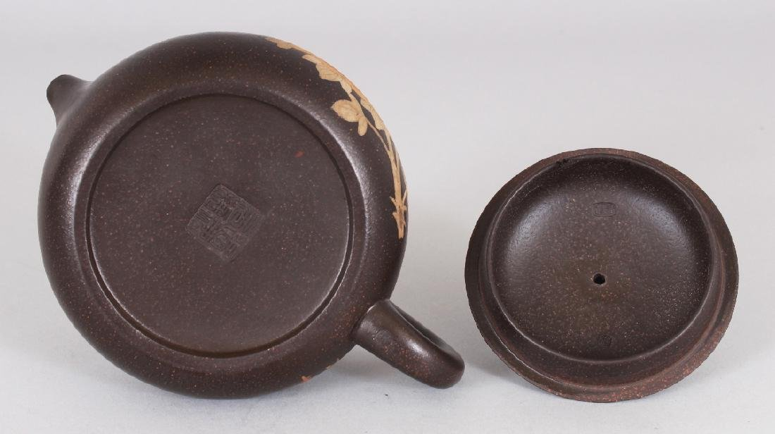 A CHINESE YIXING POTTERY TEAPOT & COVER, the sides - 8