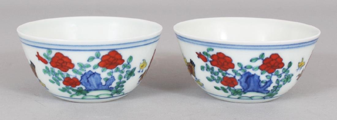 A PAIR OF CHINESE MING STYLE DOUCAI PORCELAIN CHICKEN - 2