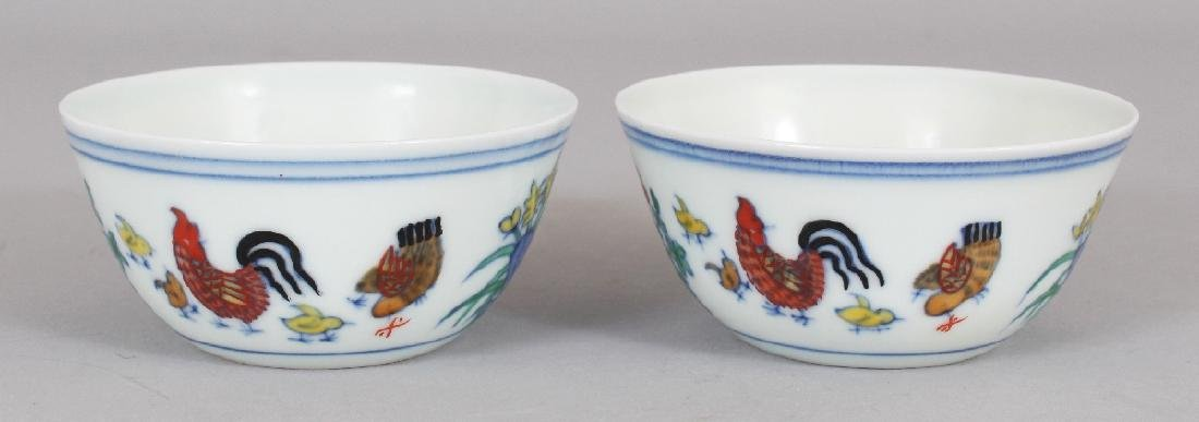 A PAIR OF CHINESE MING STYLE DOUCAI PORCELAIN CHICKEN - 3