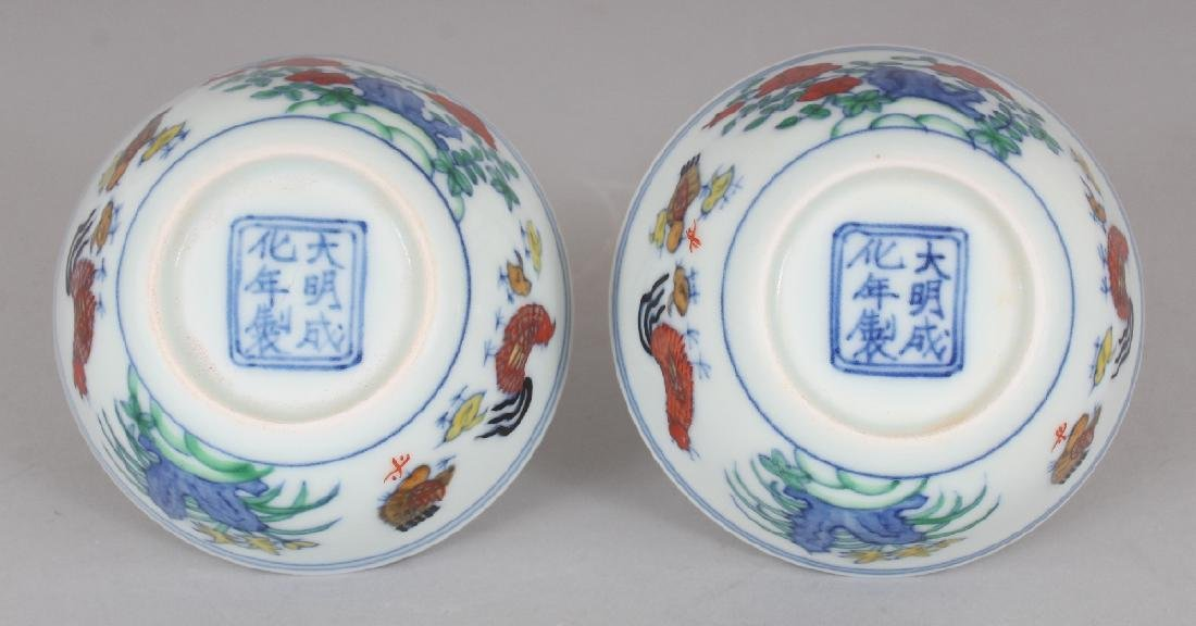 A PAIR OF CHINESE MING STYLE DOUCAI PORCELAIN CHICKEN - 7