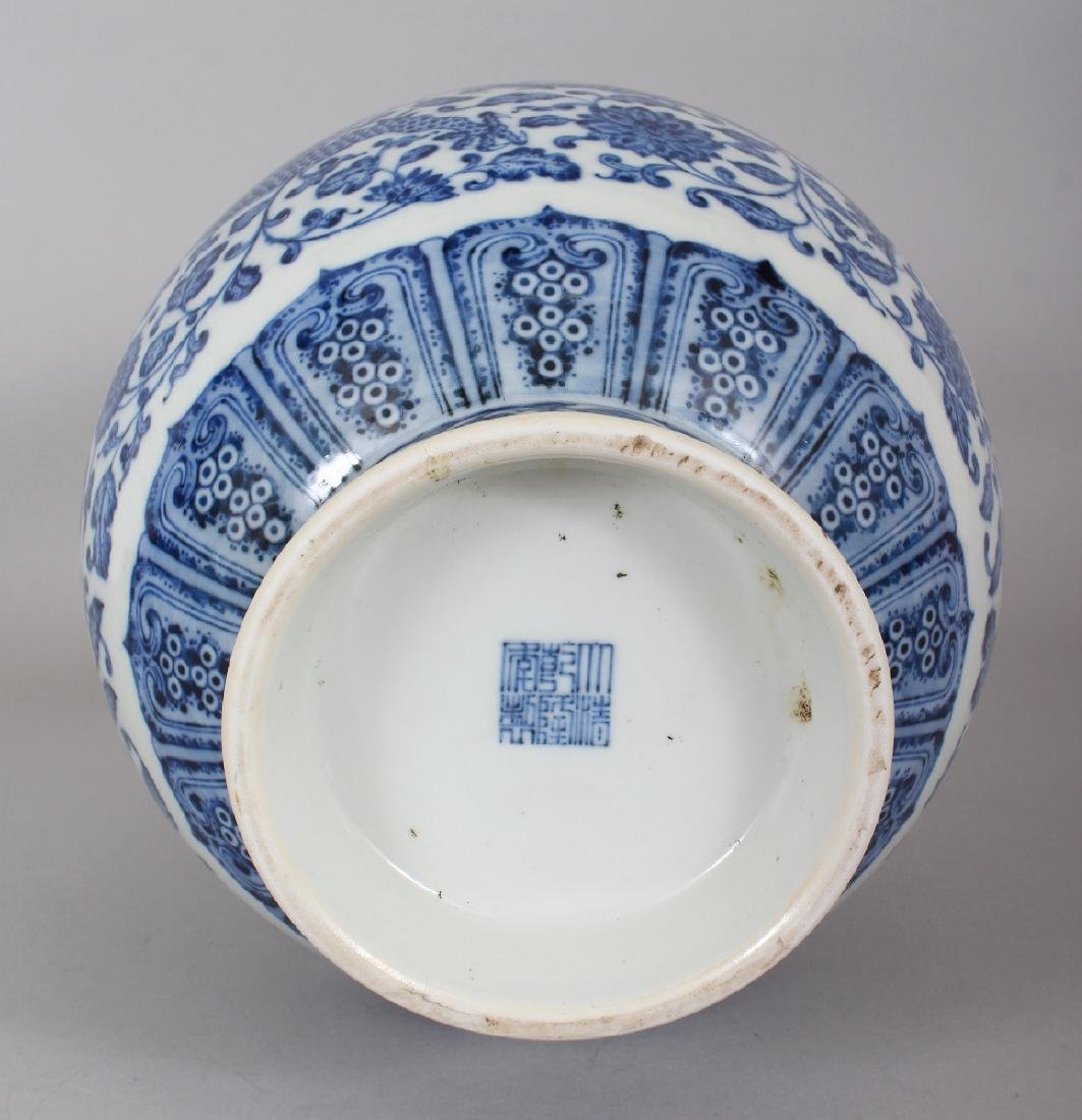 A GOOD QUALITY CHINESE MING STYLE BLUE & WHITE - 6