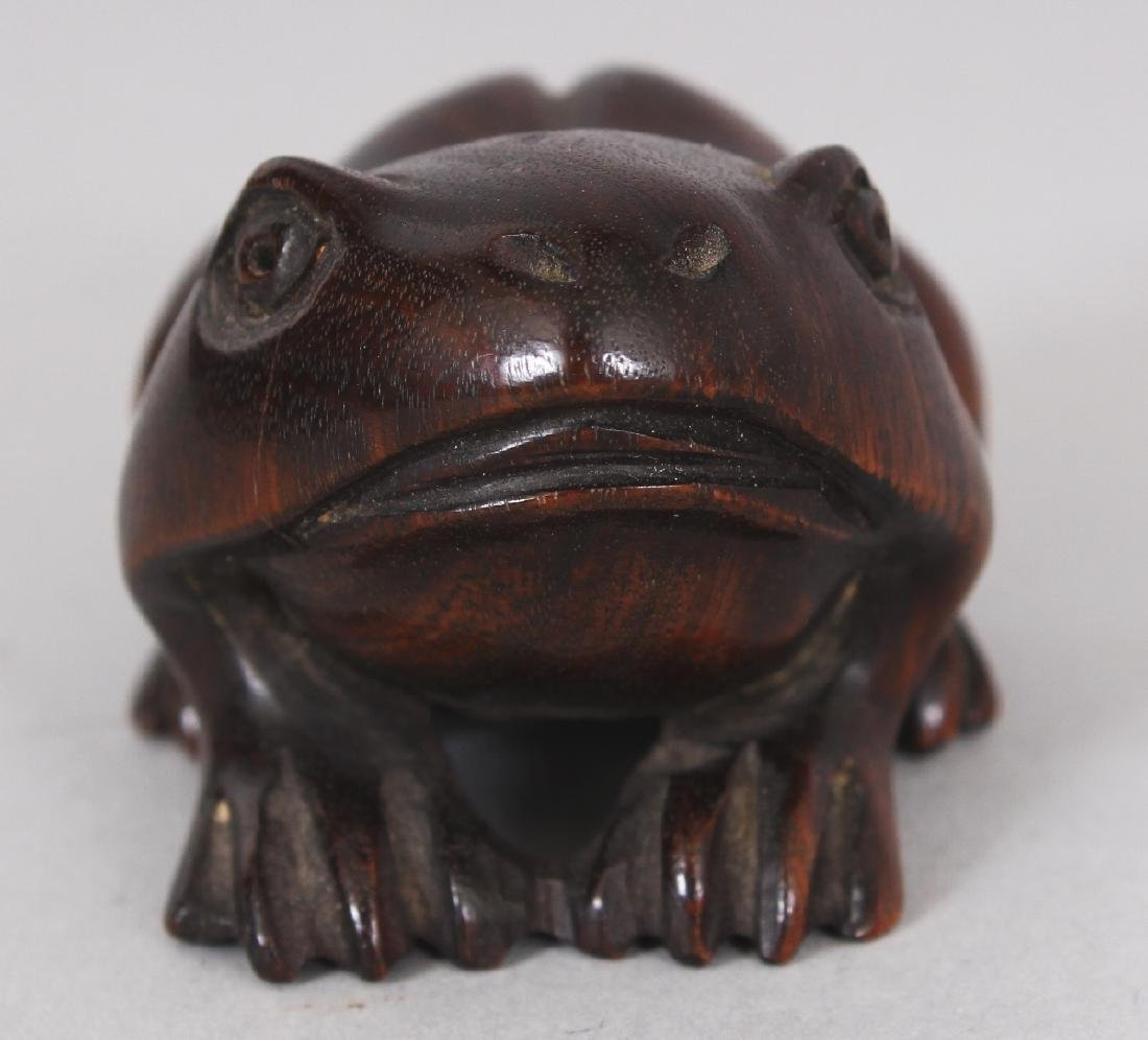 A JAPANESE WOOD NETSUKE OF A FROG, 1.8in long. - 2