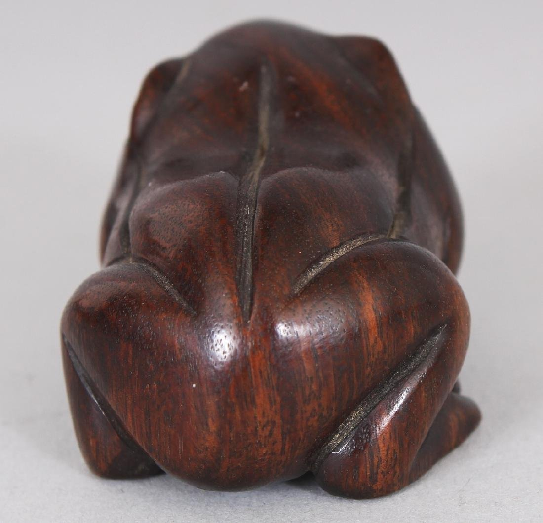 A JAPANESE WOOD NETSUKE OF A FROG, 1.8in long. - 4