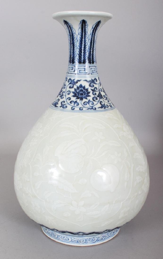 A CHINESE MING STYLE UNDERGLAZE-BLUE & WHITE SLIP
