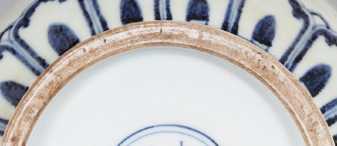 A CHINESE MING STYLE UNDERGLAZE-BLUE & WHITE SLIP - 7