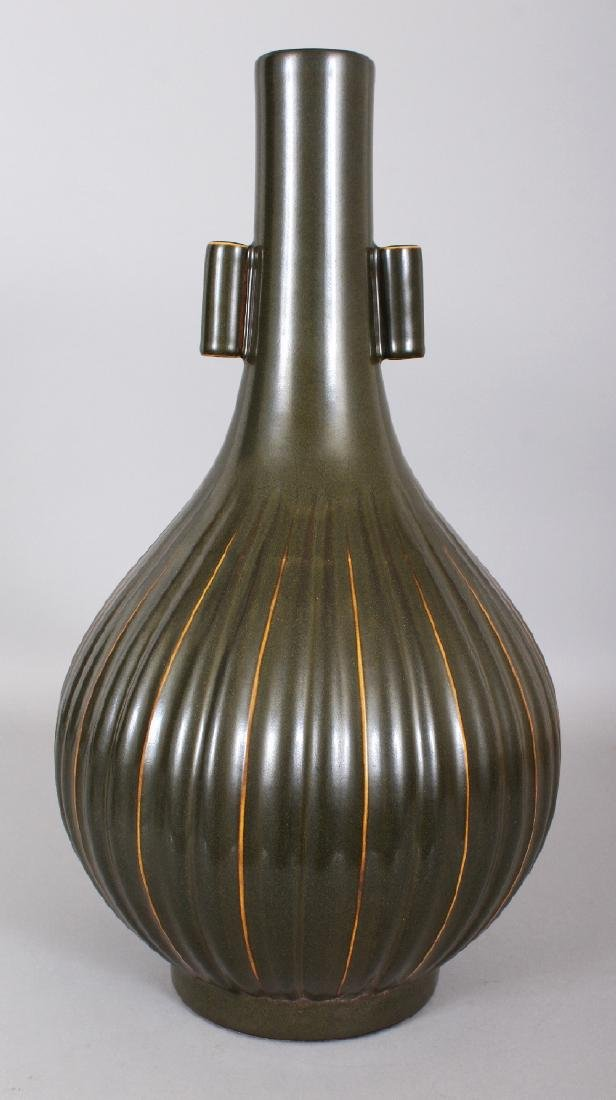 A LARGE CHINESE TEA DUST PORCELAIN ARROW VASE, with