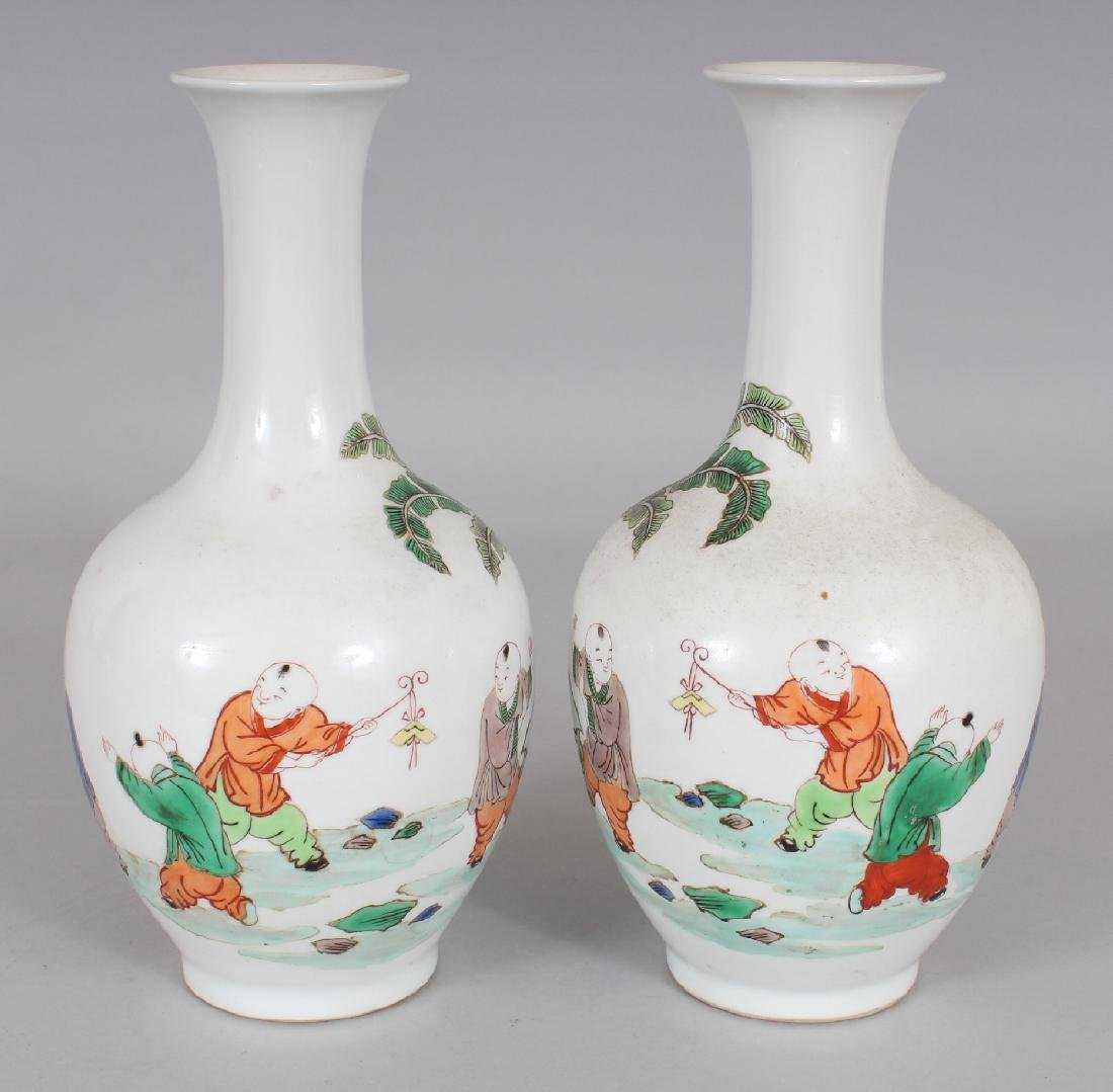 A MIRROR PAIR OF CHINESE KANGXI STYLE FAMILLE VERTE - 3