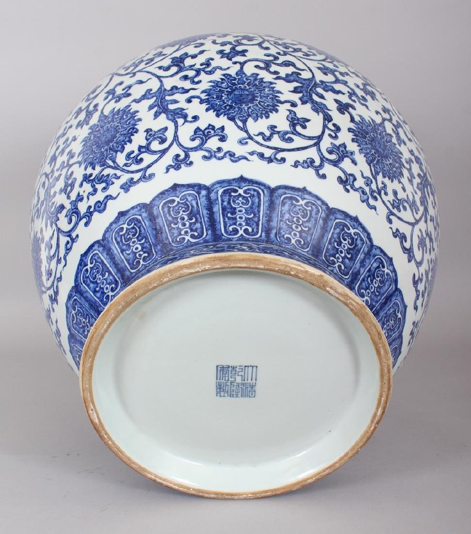 A VERY LARGE GOOD QUALITY CHINESE MING STYLE BLUE & - 8