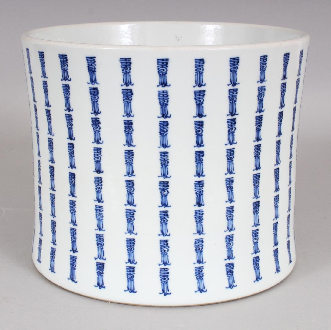 A LARGE GOOD QUALITY CHINESE WAISTED PORCELAIN BITONG