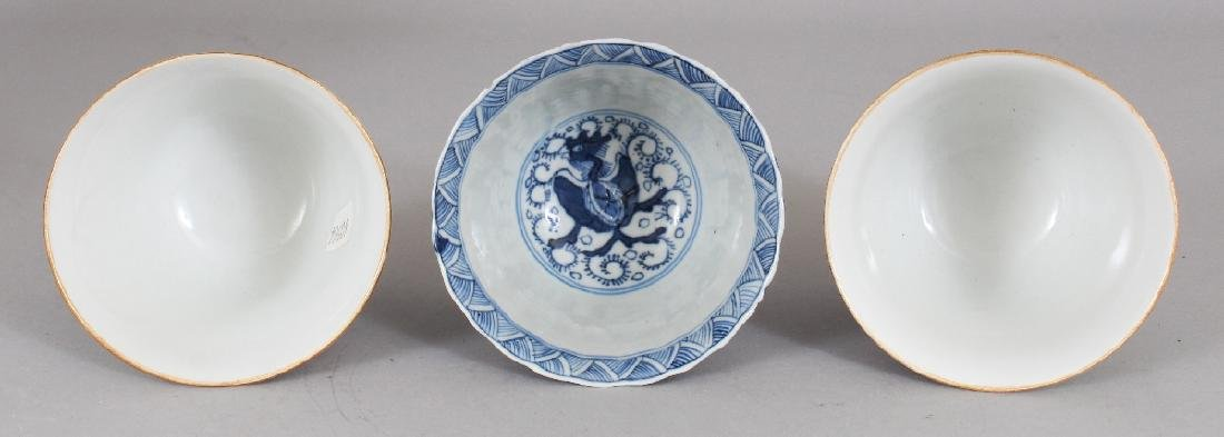 A 19TH CENTURY CHINESE BLUE & WHITE FLUTED PORCELAIN - 6