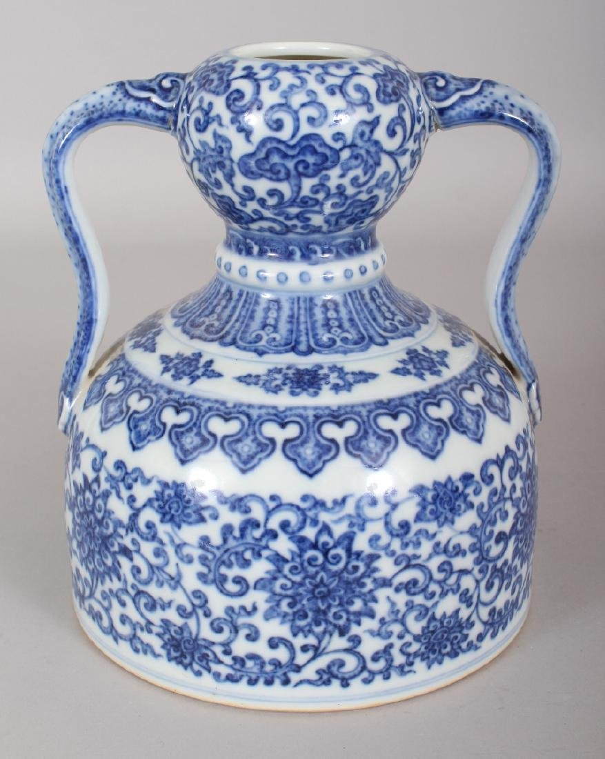 A CHINESE MING STYLE BLUE & WHITE DOUBLE HANDLED