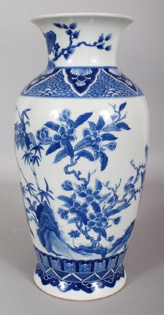 A CHINESE KANGXI STYLE BLUE & WHITE PORCELAIN VASE,