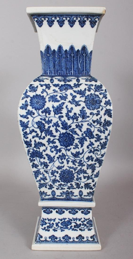 A LARGE GOOD QUALITY CHINESE MING STYLE BLUE & WHITE