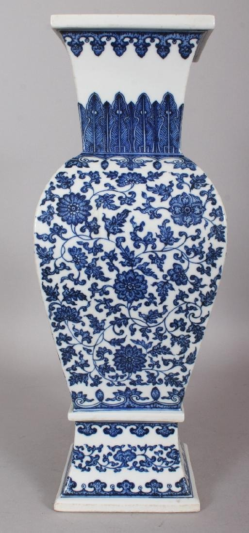 A LARGE GOOD QUALITY CHINESE MING STYLE BLUE & WHITE - 2