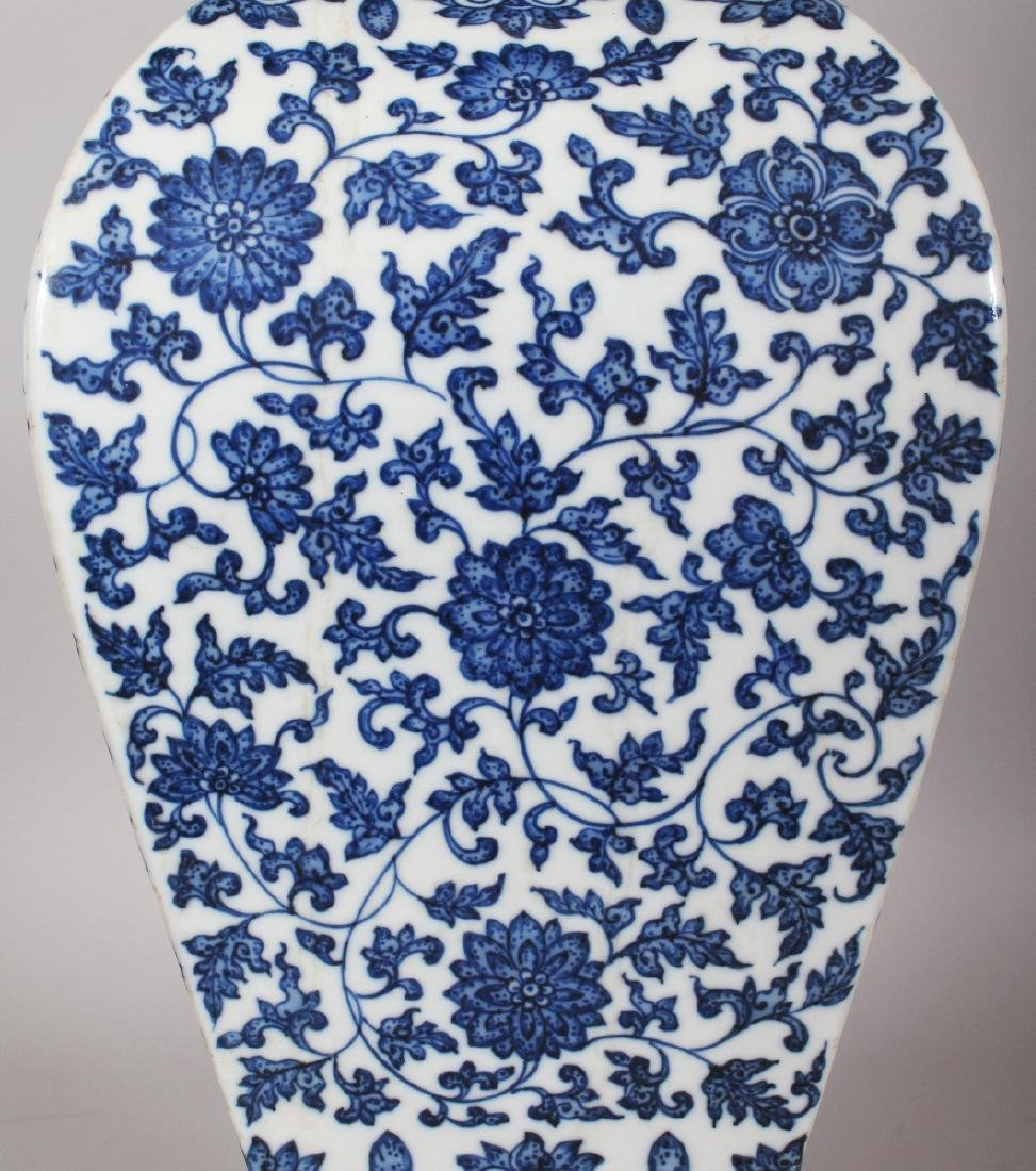 A LARGE GOOD QUALITY CHINESE MING STYLE BLUE & WHITE - 3