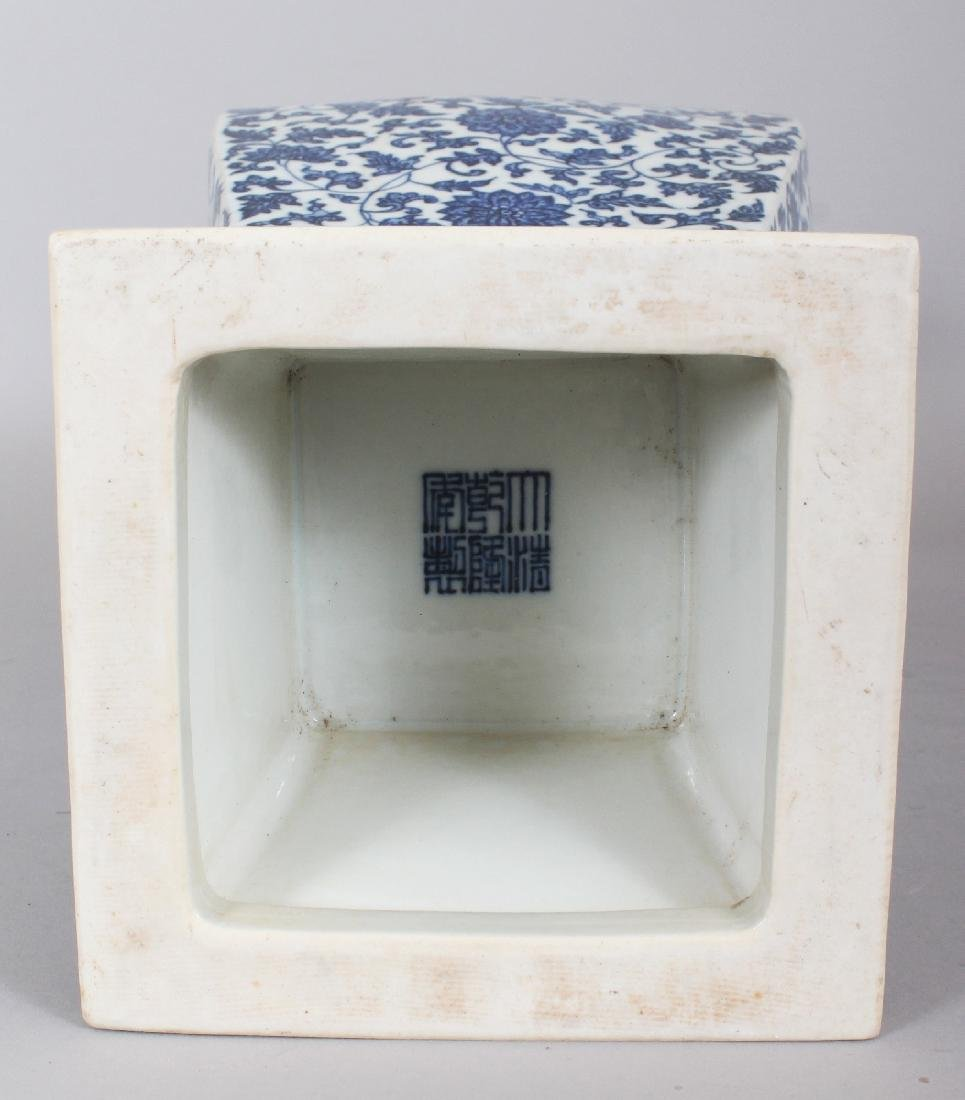 A LARGE GOOD QUALITY CHINESE MING STYLE BLUE & WHITE - 5