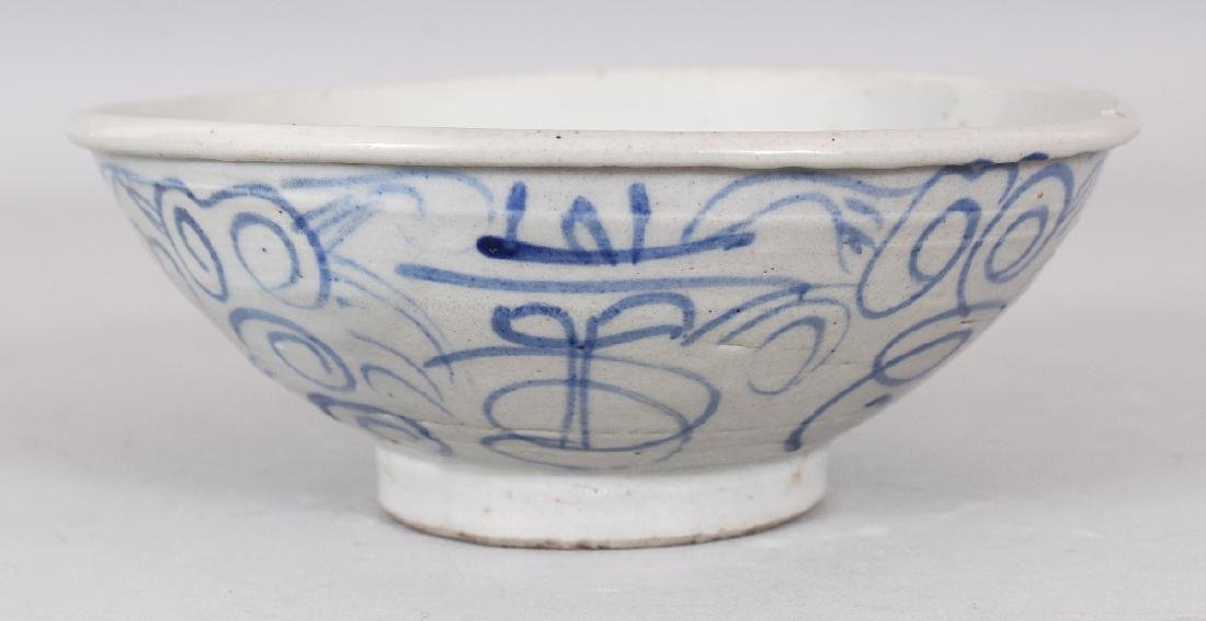 AN 18TH/19TH CENTURY CHINESE BLUE & WHITE PROVINCIAL