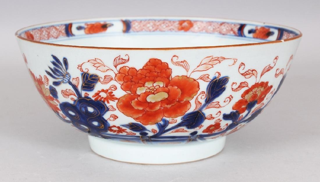 AN EARLY 18TH CENTURY CHINESE IMARI PORCELAIN BOWL,