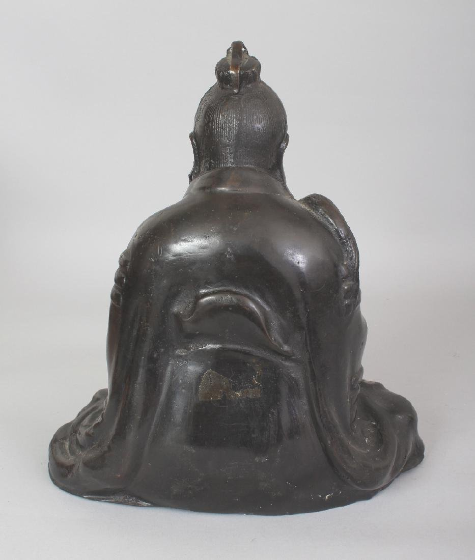 A CHINESE BRONZE FIGURE OF A SEATED SAGE, bearing a fly - 3