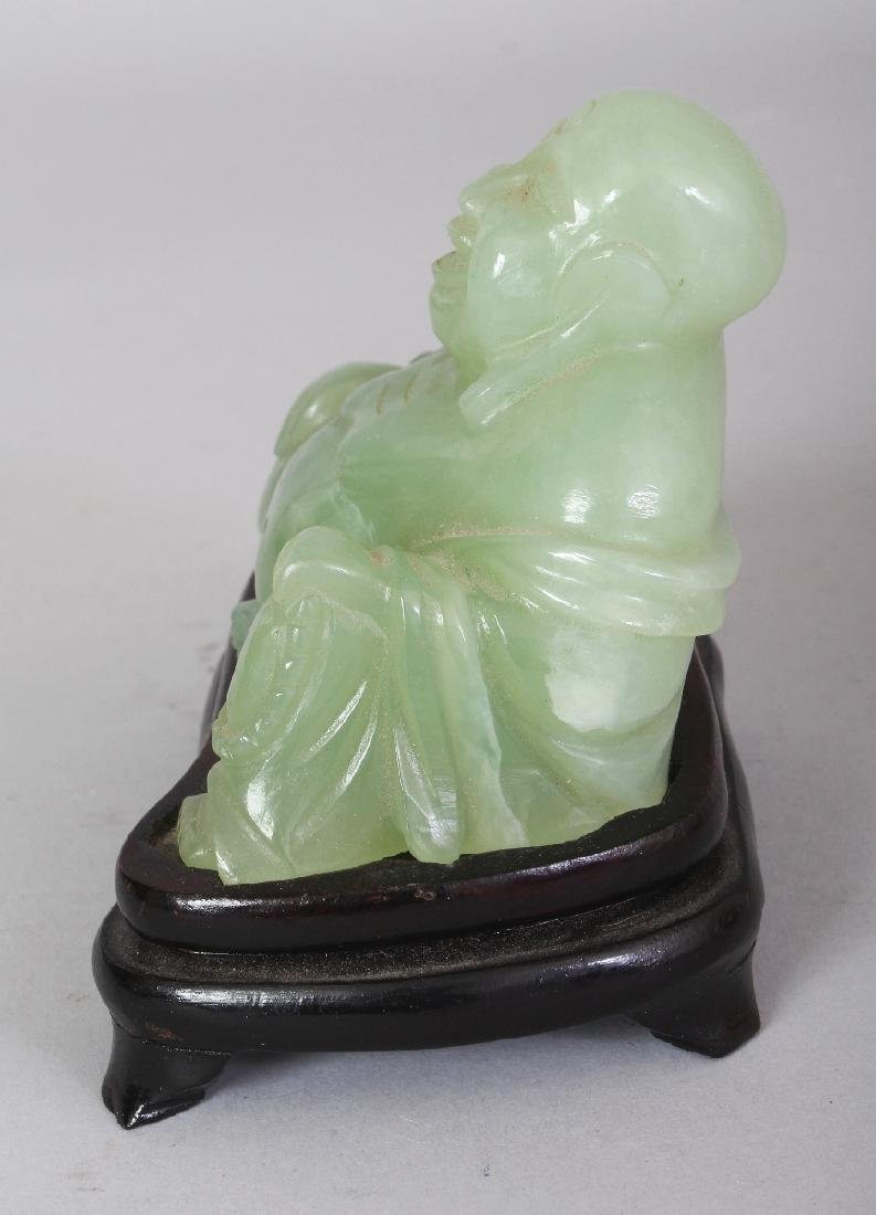 A 20TH CENTURY CHINESE CELADON GREEN BOWENITE CARVING - 4