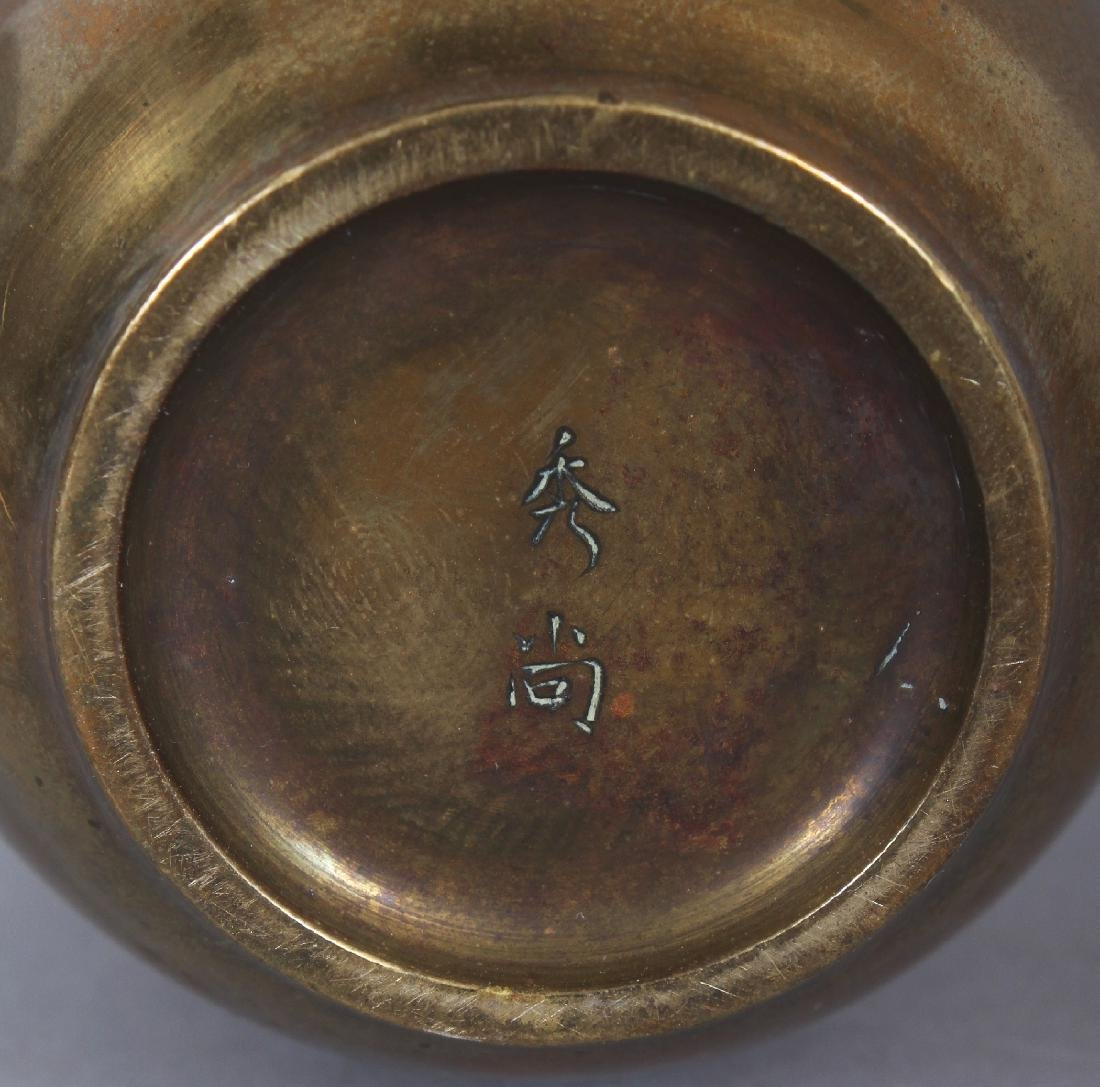 A SMALL EARLY 20TH CENTURY SIGNED JAPANESE MIXED METAL - 6