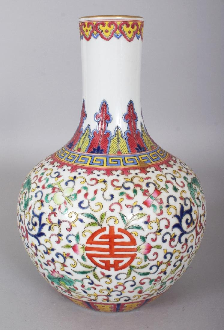 A CHINESE FAMILLE ROSE PORCELAIN BOTTLE VASE, decorated - 2