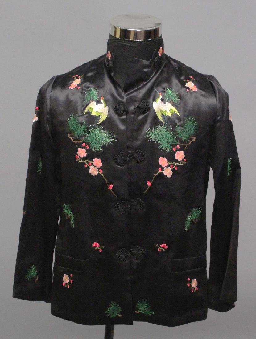 A 20TH CENTURY CHINESE BLACK GROUND LADY'S SILK JACKET,