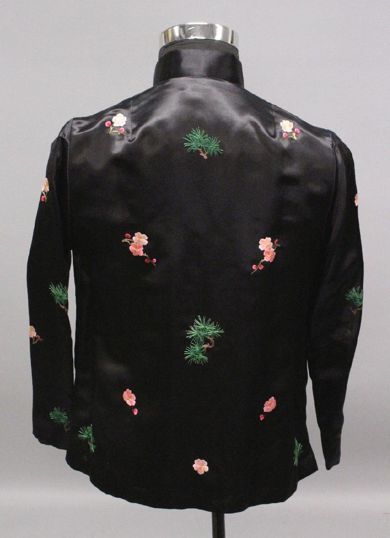 A 20TH CENTURY CHINESE BLACK GROUND LADY'S SILK JACKET, - 3