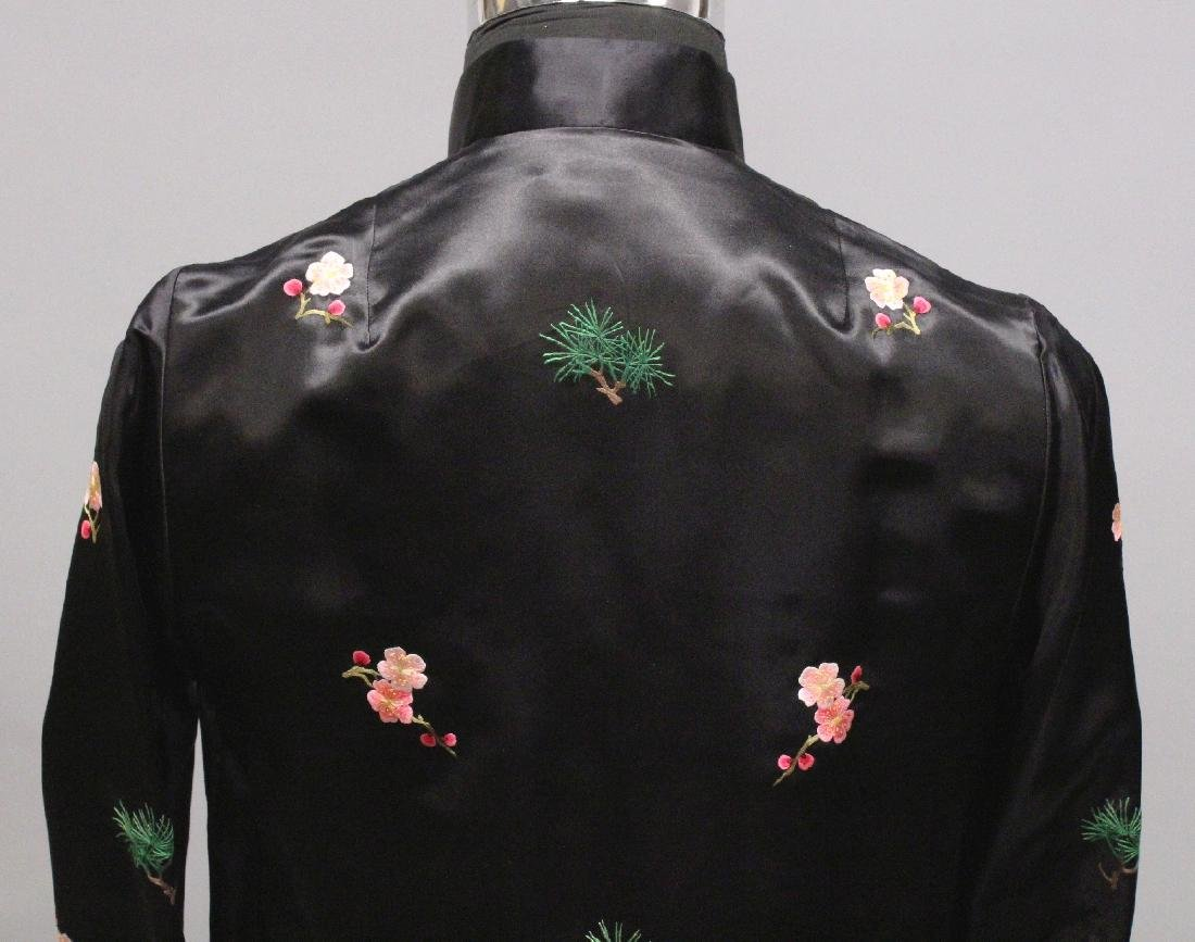 A 20TH CENTURY CHINESE BLACK GROUND LADY'S SILK JACKET, - 4