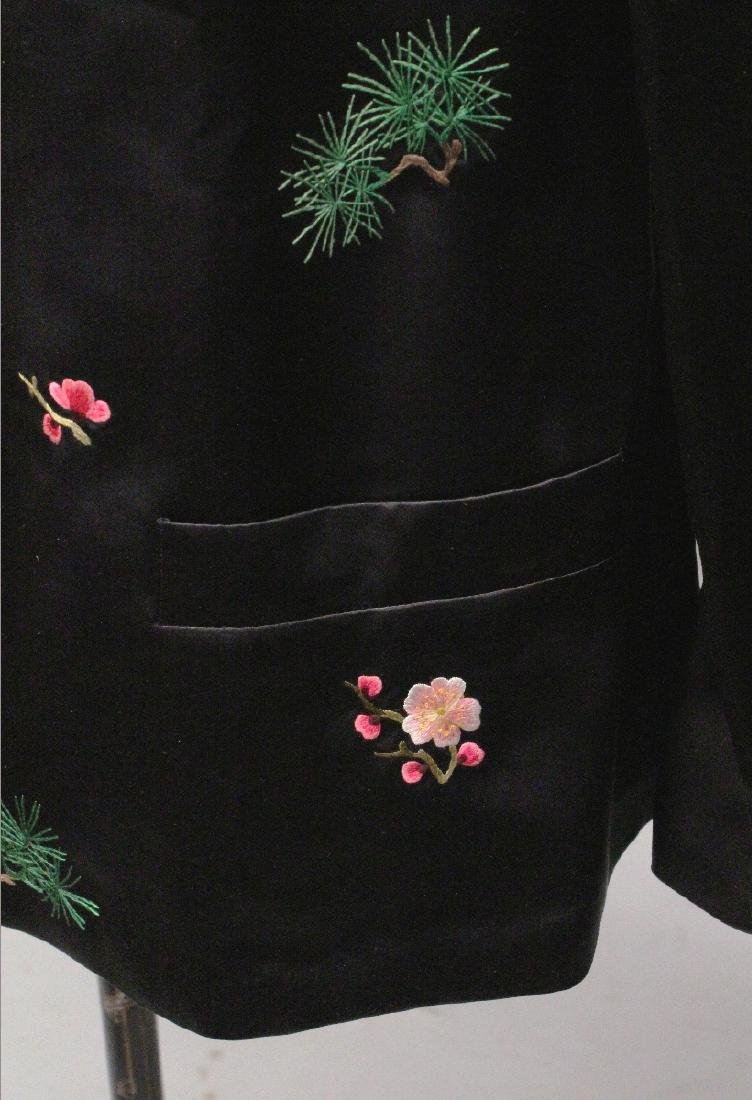 A 20TH CENTURY CHINESE BLACK GROUND LADY'S SILK JACKET, - 6