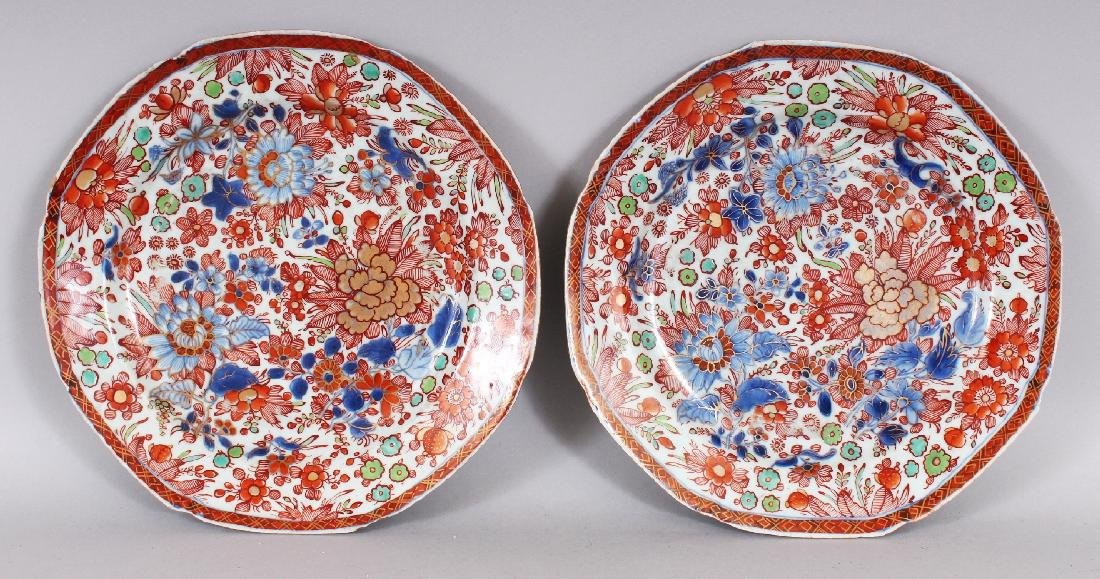 A PAIR OF 18TH CENTURY CHINESE OCTAGONAL CLOBBERED
