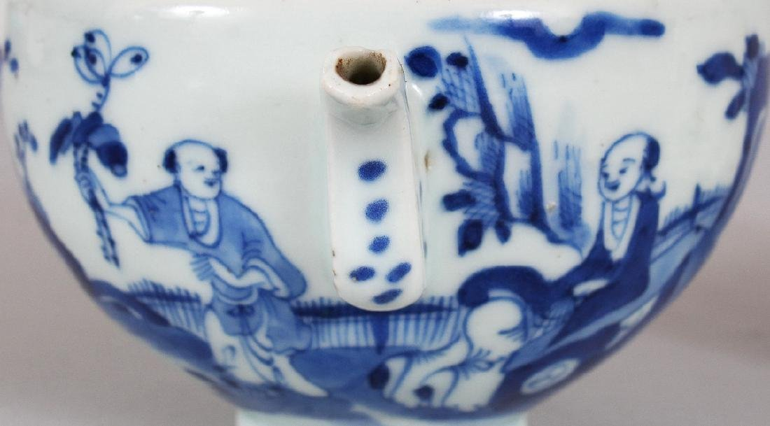 A 19TH CENTURY CHINESE BLUE & WHITE PORCELAIN TEAPOT & - 3