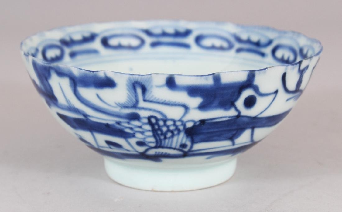 A SMALL 19TH CENTURY CHINESE BLUE & WHITE PROVINCIAL