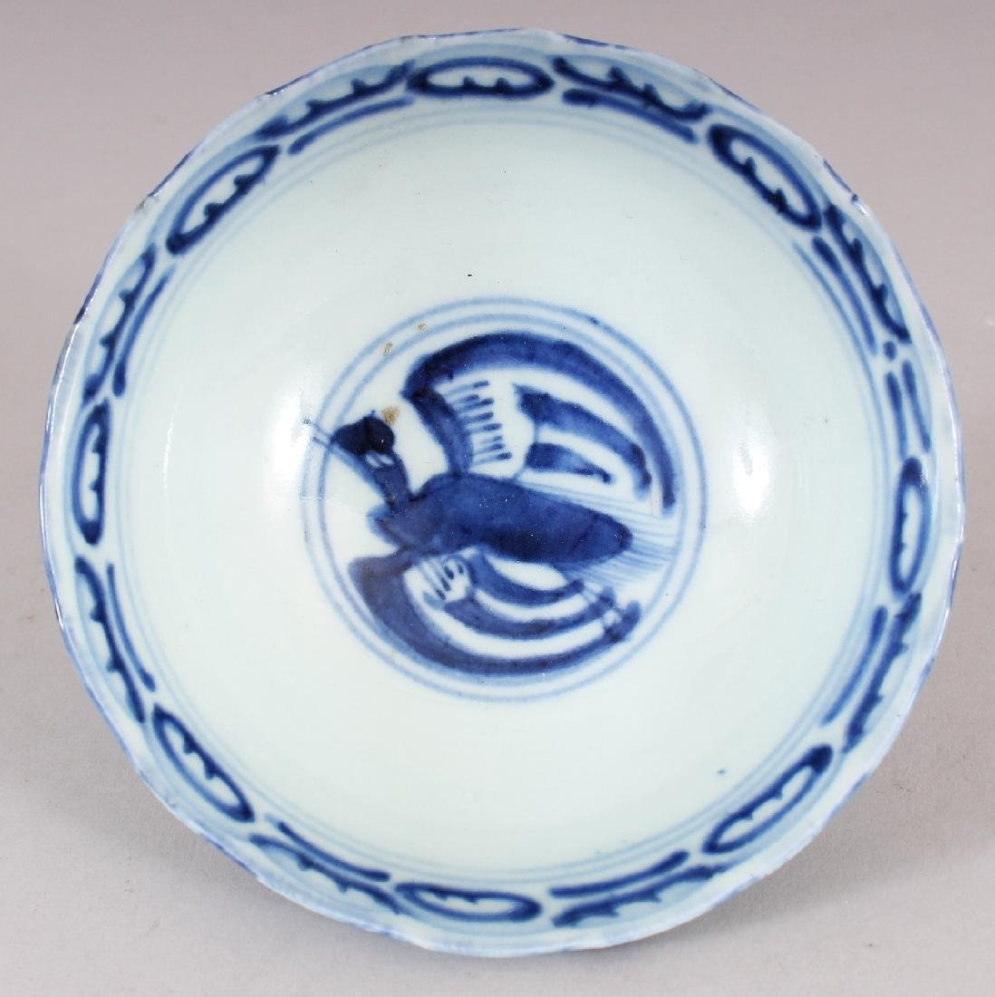 A SMALL 19TH CENTURY CHINESE BLUE & WHITE PROVINCIAL - 4