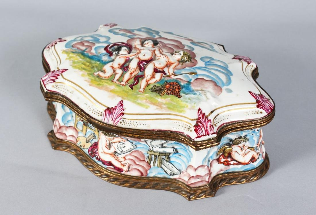 A NAPLES 19TH CENTURY PORCELAIN SHAPED BOX AND COVER