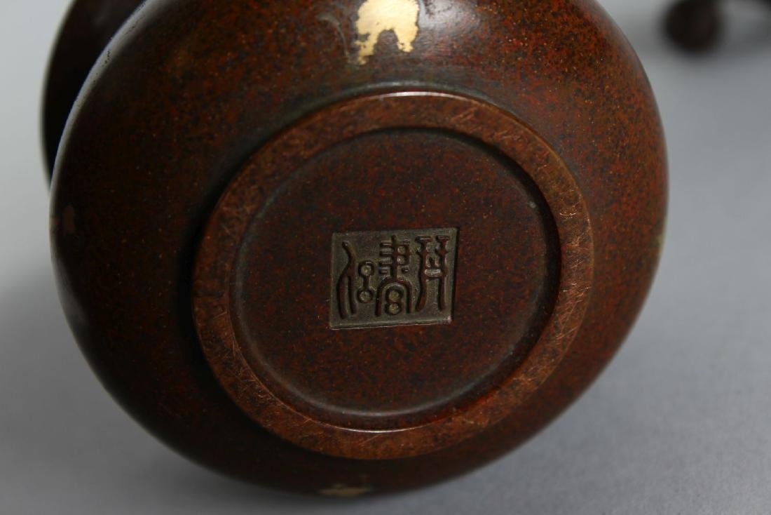 A SMALL CHINESE BRONZE CIRCULAR GOLD SPLASH CENSER. - 2