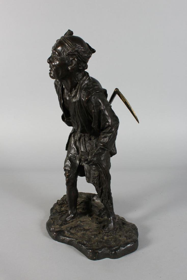 A SUPERB JAPANESE BRONZE of a man carrying a scythe. - 2