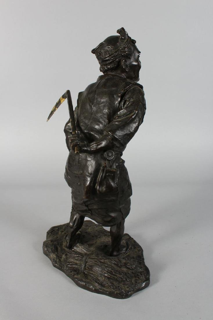 A SUPERB JAPANESE BRONZE of a man carrying a scythe. - 3