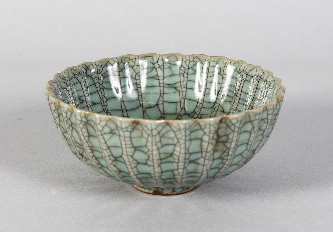 A SMALL CHINESE CIRCULAR CRACKLE GLAZED BOWL. 5ins
