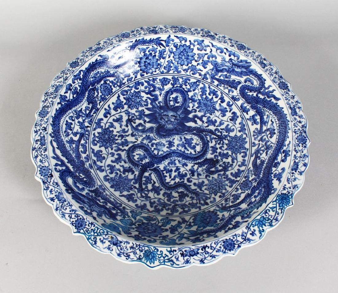 A CHINESE BLUE AND WHITE CIRCULAR BOWL decorated with
