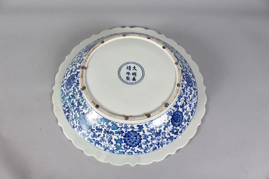 A CHINESE BLUE AND WHITE CIRCULAR BOWL decorated with - 4