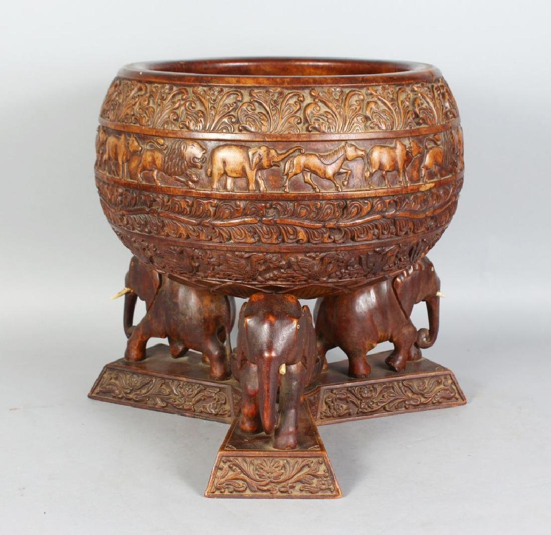 AN EARLY 20TH CENTURY INDIAN CARVED WOOD CIRCULAR BOWL,