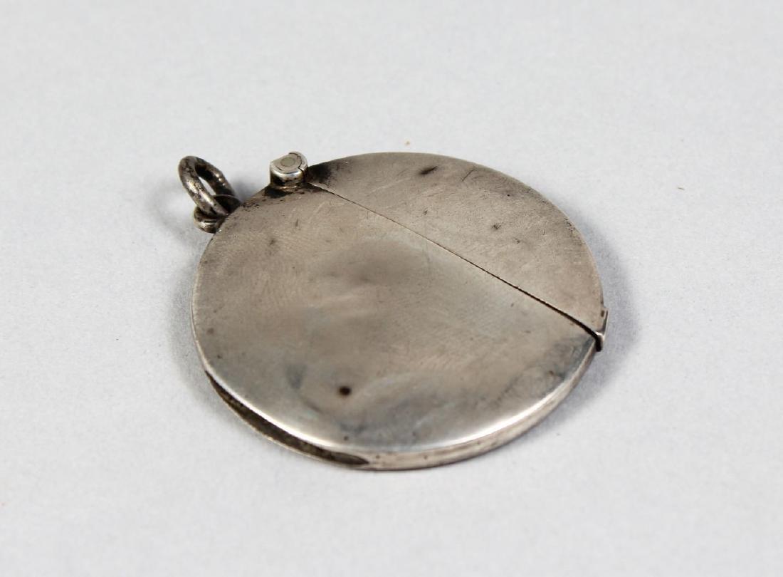A CIRCULAR SILVER VESTA.  Chester 1907.  Maker: WN.