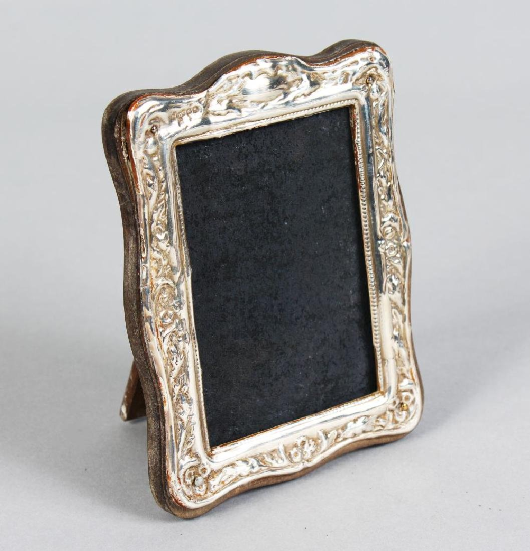 A SMALL SILVER UPRIGHT PHOTOGRAPH FRAME.  4.5ins x