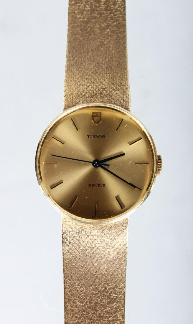 A GENTLEMAN'S GOLD TUDOR WRISTWATCH AND BRACELET in a