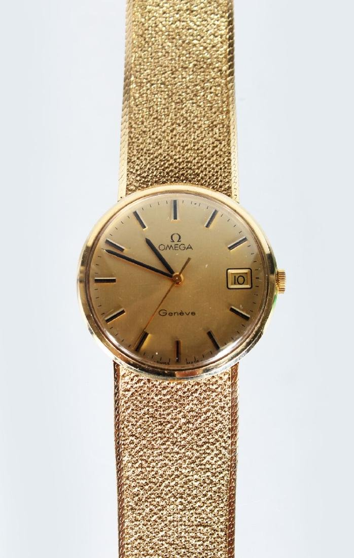 A GENTLEMAN'S 9CT GOLD OMEGA WRISTWATCH AND BRACELET in