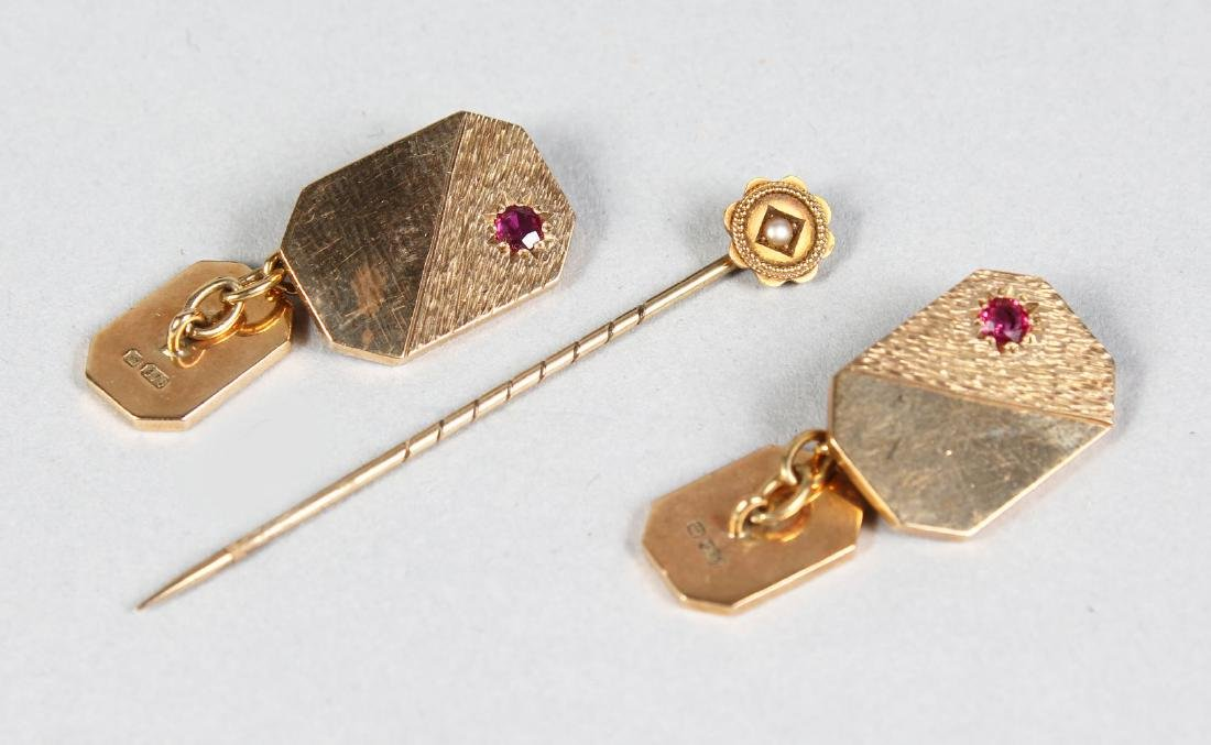 A PAIR OF 9CT GOLD CUFFLINKS AND TIE PIN.