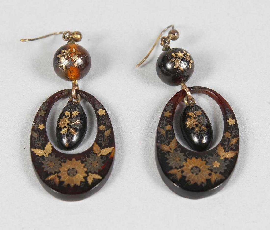 A PAIR OF VICTORIAN JET EARRINGS.