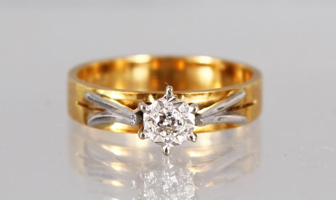 AN 18CT WHITE GOLD SOLITAIRE DIAMOND RING.