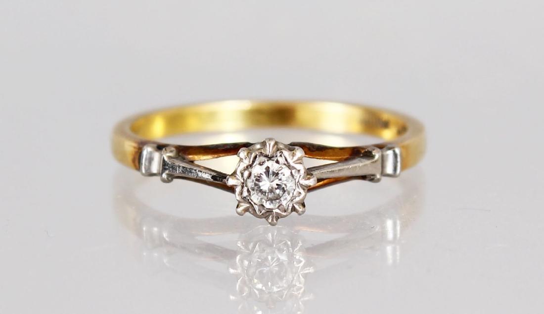 AN 18CT GOLD SINGLE STONE DIAMOND RING.